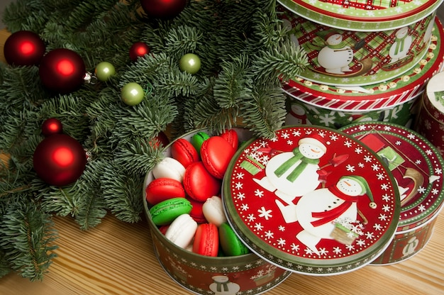 Nieuwjaarskerstkoekjes met kerstversiering en de kerstboomtak