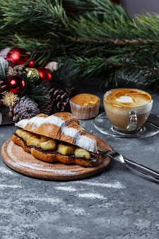 Nieuwjaarsontbijt met croissants.