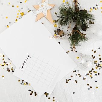 Nieuwjaarsplanning op gedecoreerde tafel