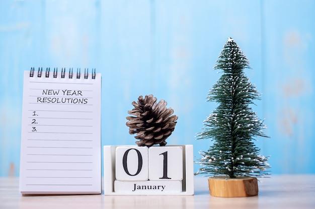 Nieuwjaarsresolutie woord op laptop en januari kalender