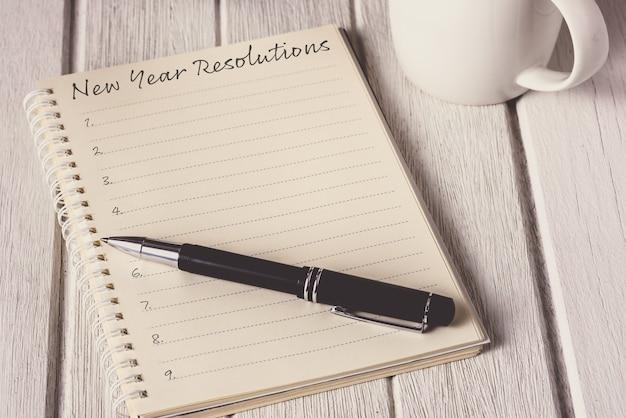 Nieuwjaarsresolutielijst geschreven op notebook