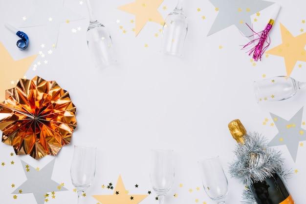 Nieuwjaarssamenstelling van glazen met document sterren