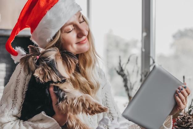 Nieuwjaarsvideogesprekken. jonge blanke vrouw in een kerstmuts