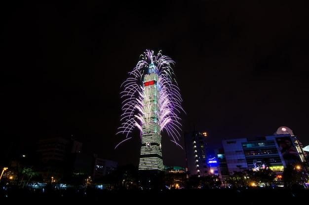 Nieuwjaarvuurwerk van taipeh 101 bij nacht om gelukkig nieuw jaar te vieren