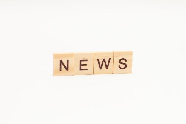 Nieuws woorden op houten geïsoleerde blokken