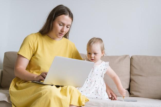 Nieuwsgierig kind kijkt naar moeder laptop beeldscherm moeder met gadgets voor baby-entertainment