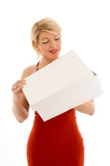 Nieuwsgierig meisje met lege witte doos