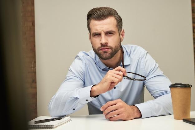 Nieuwsgierige kantoorklerk die je aandachtig aankijkt