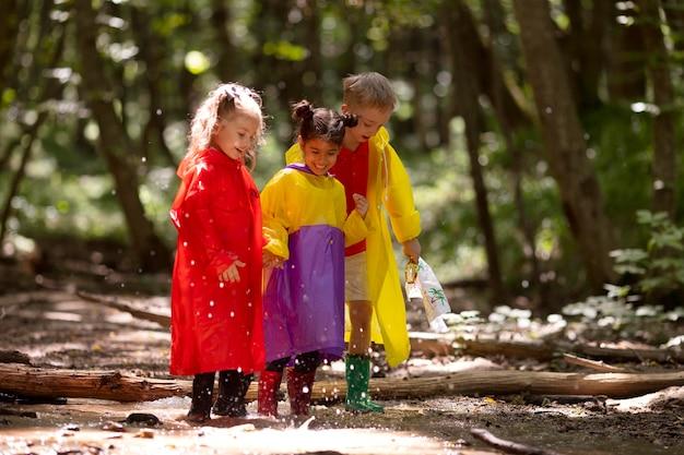Nieuwsgierige kinderen die deelnemen aan een speurtocht in het bos