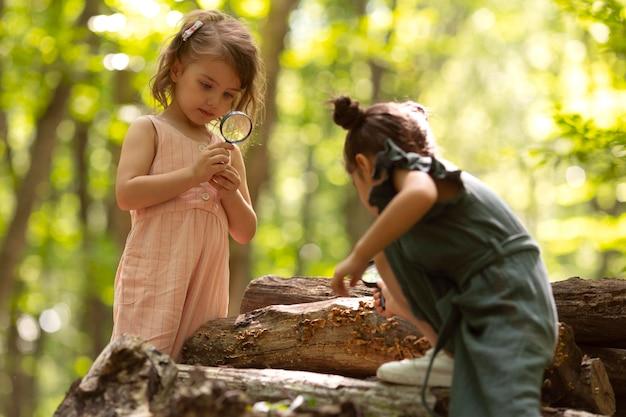Nieuwsgierige kinderen die meedoen aan een speurtocht