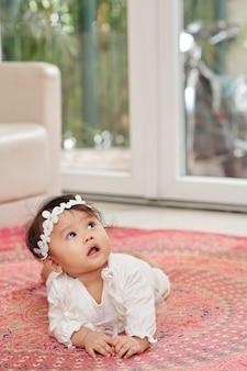 Nieuwsgierige kruipende baby