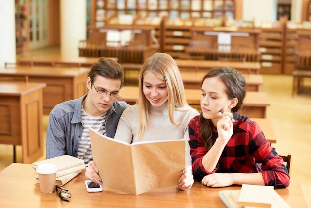 Nieuwsgierige studenten die populair-wetenschappelijk boek lezen