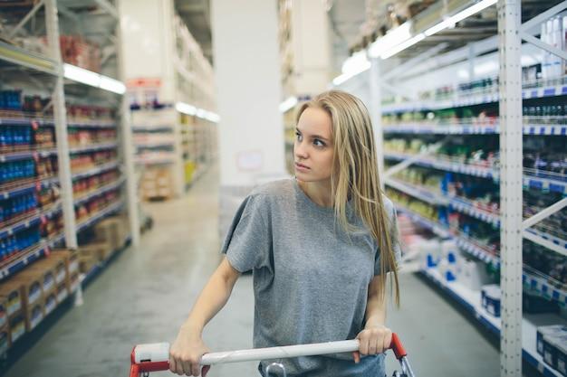 Nieuwsgierige vrouw in de supermarkt