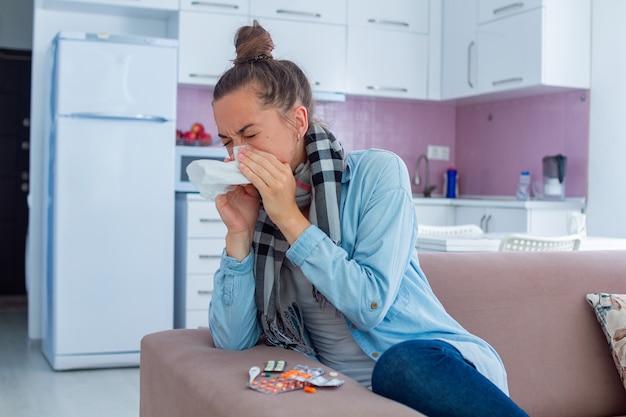 Niezende vrouw werd verkouden. griepbehandeling thuis
