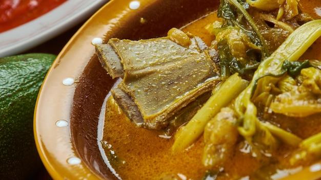 Nigeriaanse keuken - ora soep, nigeriaanse bitterleaf soup traditionele geassorteerde gerechten, bovenaanzicht.