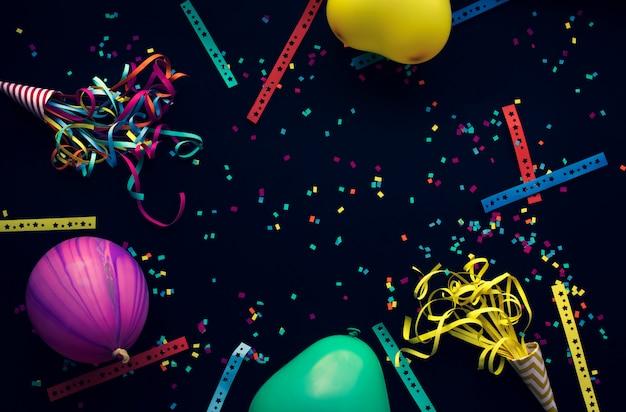 Night party concepten met kleurrijke confetti papier, ballon en andere rekwisieten