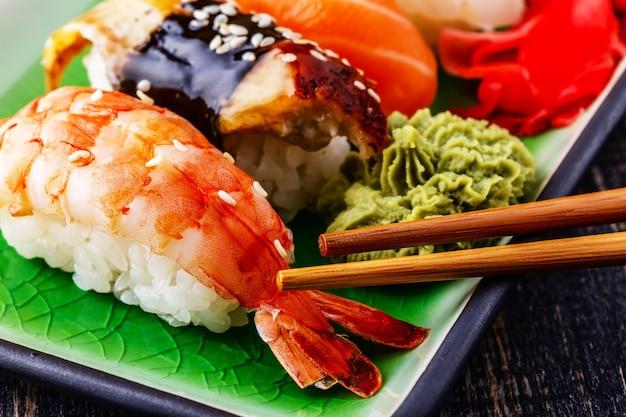 Nigiri sushi met garnalen, paling, zalm, botervis op rijst
