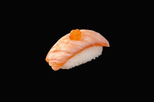 Nigiri sushi met gebakken zalm medium, rode kaviaar