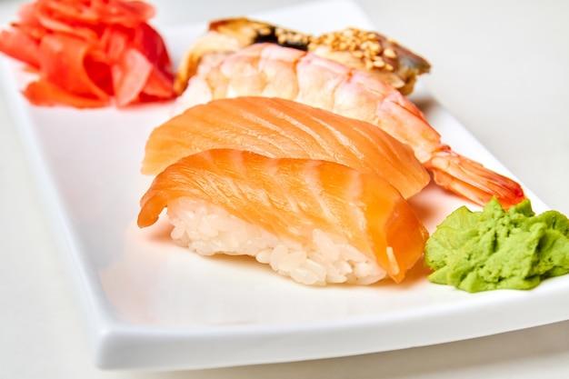 Nigiri sushi met zalm op de witte plaat