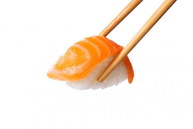 Nigiri van zalmsushi in eetstokjes
