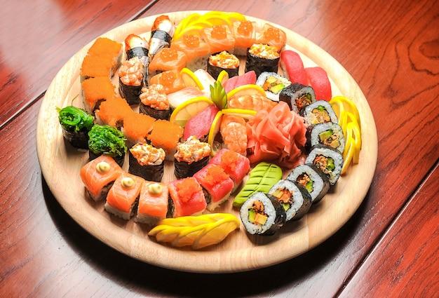 Nigirisushi en broodjes met vissen op houten lijst worden gediend die