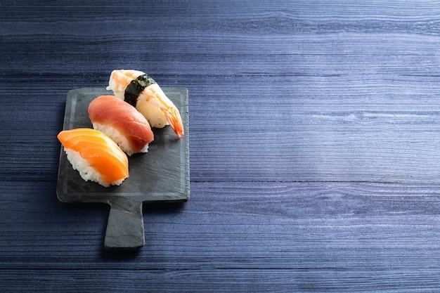 Nigirisushi op houten lijst in een japans restaurant. kopieer ruimte en bovenaanzicht