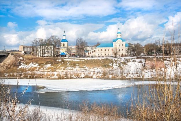 Nikolskaya-kerk aan de oevers van de rivier de dnjepr in smolensk onder de blauwe lentelucht