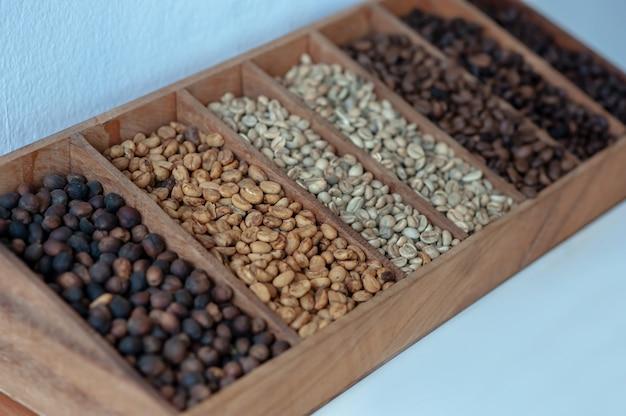 Niveau van geroosterde koffiebonen op houten doos, selectieve nadruk