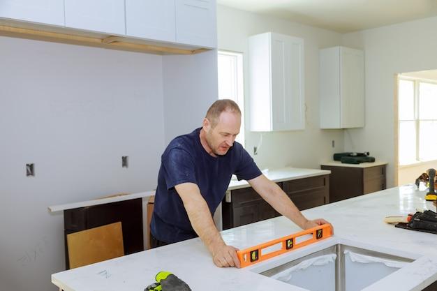 Nivellering met werkbladen van het maken van moderne huishoudelijke keukenkasten