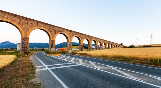 Noain aquaduct in de buurt van pamplona. navarre