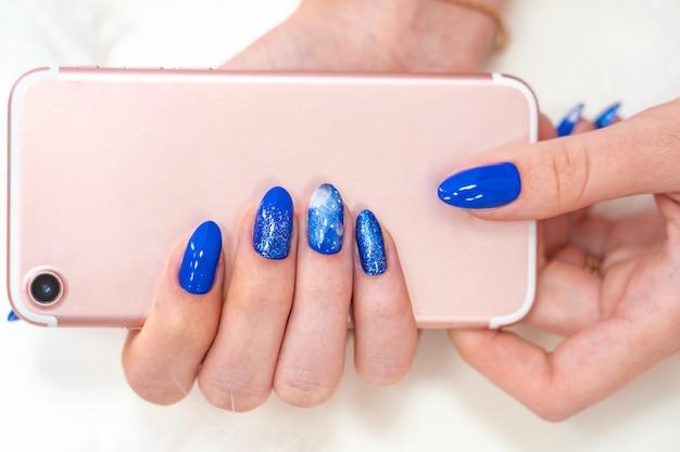 Nobele blauwe kleur. glanzende manicure