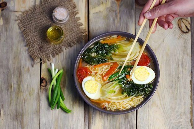 Noedel chinese soepkom met bok choi kool