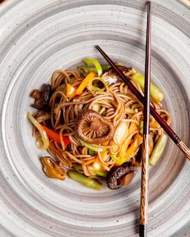Noedels bereid met champignons paprika en saus