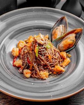 Noedels bereid met zeevruchtenpepers, sesamzaadjes en saus