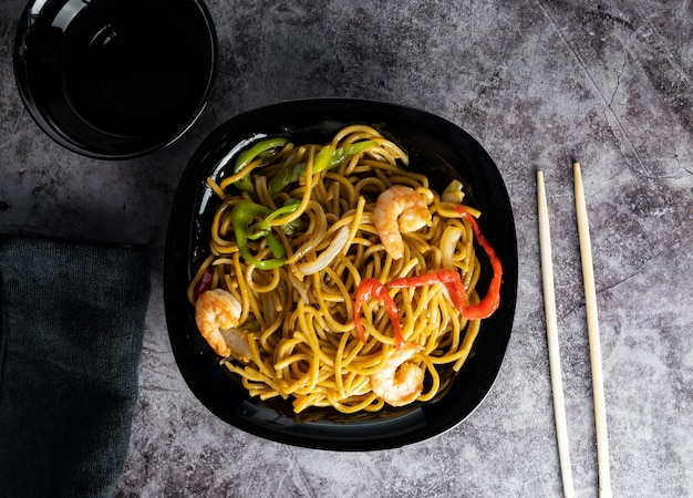 Noedels en groenten, aziatische stijl