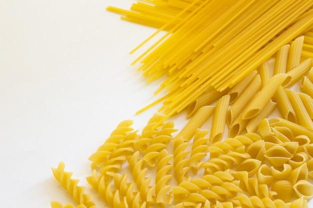 Noedels en pasta op een witte achtergrond