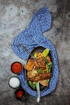 Noedels gegarneerd met groot varkensvlees, thais eten