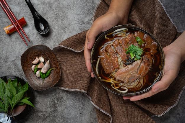 Noedels in chinese gestoofde varkensstoofpot mooie bijgerechten, thais eten.
