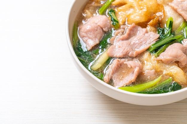 Noedels met varkensvlees in jussaus - aziatisch eten