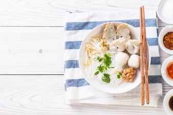 Noedels met vis bal in soep