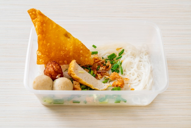Noedels met visballetje en gehakt varkensvlees in bezorgdoos, aziatisch eten stijl