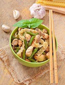 Noedels met vlees, bonen en champignons