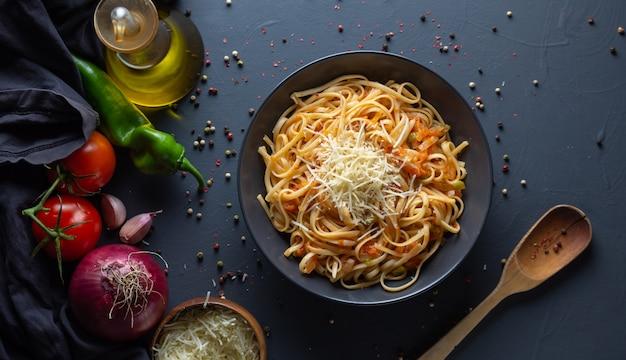 Noedels, pasta met zelfgemaakte tomatensaus