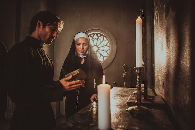 Non en priester bidden en brengen tijd door in het klooster