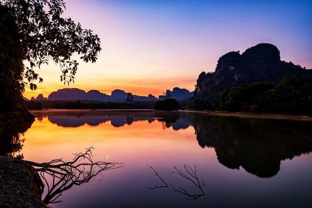 Nong thale-landschap bij dageraad, krabi