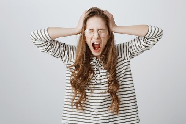 Noodlijdende meisje wordt gek, schreeuwend en hoofdschuddend