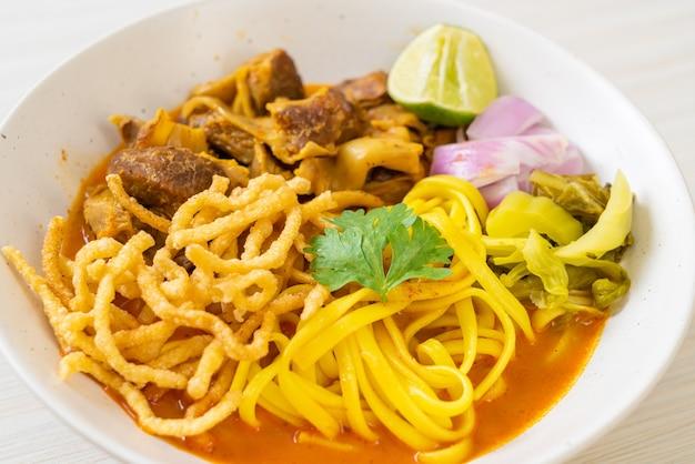 Noord-thaise noedel-currysoep met gestoofd varkensvlees