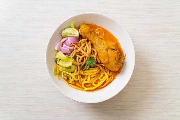 Noord-thaise noedelsoep met kip (kao soi kai) - thais eten
