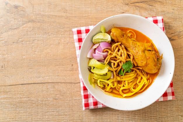 Noord-thaise noodle curry soep met kip (kao soi kai), thais eten stijl