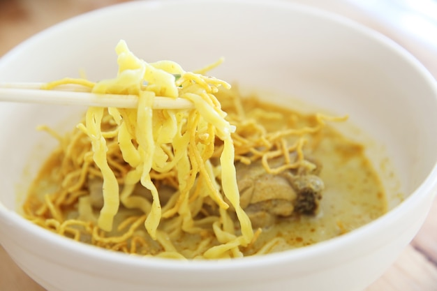 Noord-thaise noodle khao soja in hout